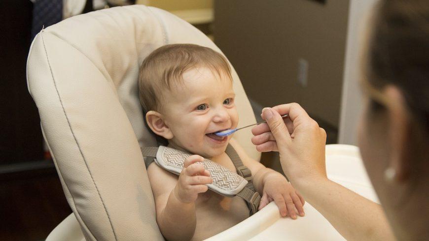 ¿Cómo introducir los primeros alimentos al bebé?